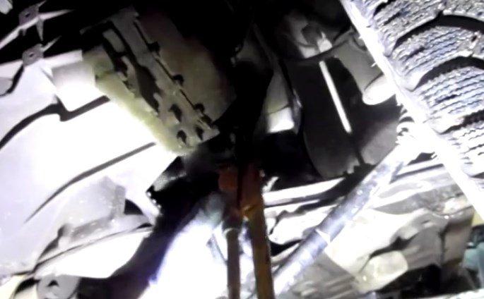 Зацепив газовым ключом за край корпуса внутреннего ШРУСа
