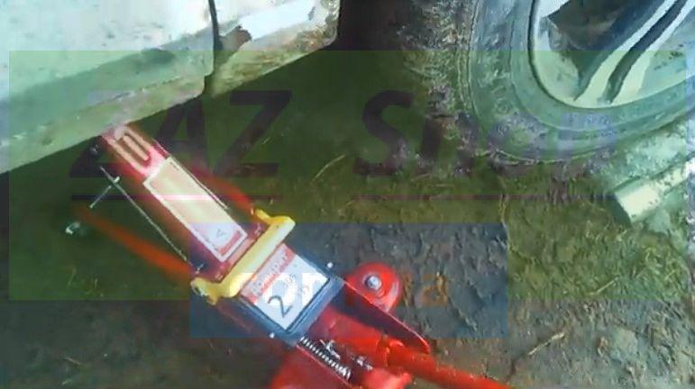 Вывешиваем передние колеса на домкратах