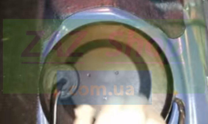 Отсоединяем крышку модуля бензонасоса
